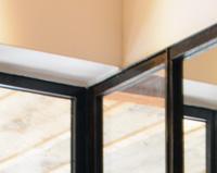V07 - Verrière et cadre de miroir en acier intégrée dans un cloison de salle de bain.
