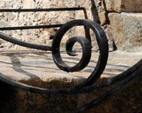 GC06 — Création d'un motif en fer forgé composé de volute ovale filante s'entre-croisants sur le seuil de ce corps de ferme (Samoyas)