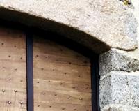 PP02 — Portail sur-mesure mêlant structure métallique et bois de chêne
