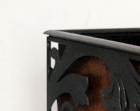 DM05 —Pot en acier. La dentelle de tôle vient d'un motif bouddhiste Sri Lankais contrastant sur une tôle patiné à l'acide vernis.